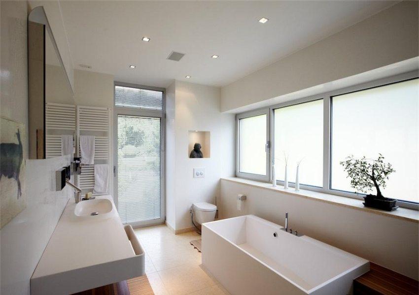 Естественную вентиляцию может обеспечить наличие окна в ванной комнате частного дома, однако это недоступно для большинства квартирных санузлов