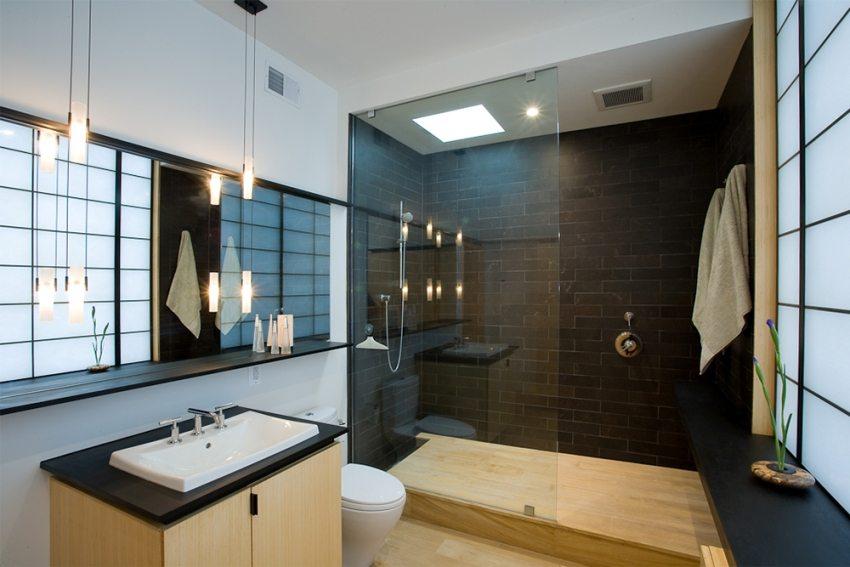 Естественная вытяжная вентиляция и установленный вентилятор с обратным клапаном в ванной
