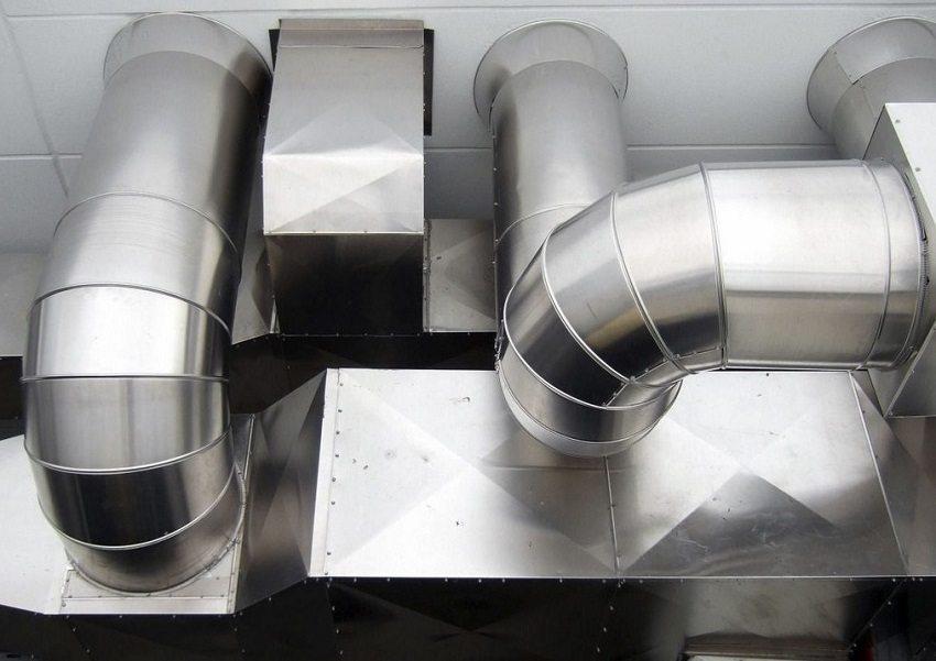 Воздуховоды для вентиляции представляют собой систему труб различного диаметра и формы сечения, соединенные между собой фасонными элементами