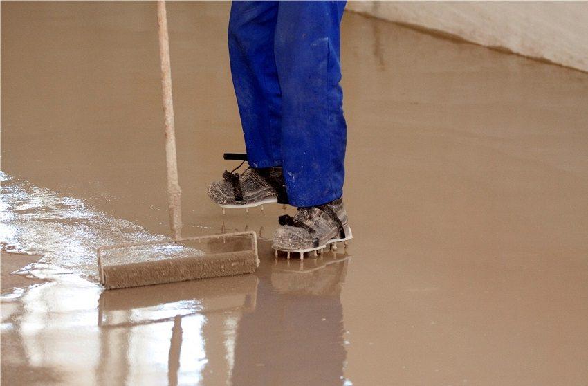 Шипованные насадки для обуви позволяют передвигаться по залитой стяжке не оставляя следов