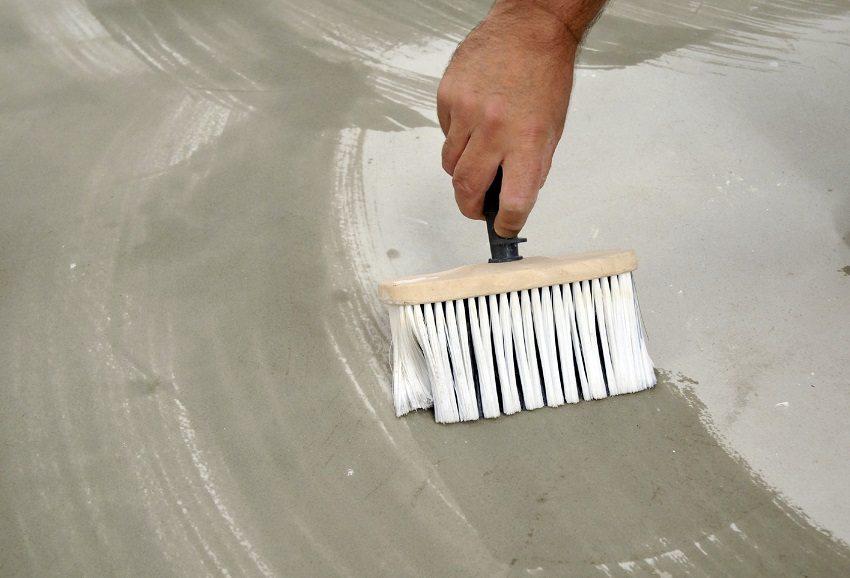 Грунтование – важный процесс, после его применения самовыравнивающаяся смесь имеет хорошее сцепление и ложится равномерным слоем
