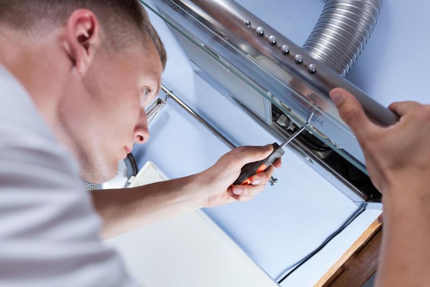 Процесс установки кухонной вытяжки с воздуховодом