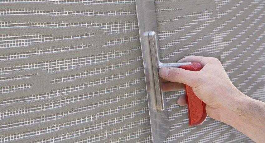 Применение армирующей сетки помогает избежать растрескивания штукатурки при усадке здания