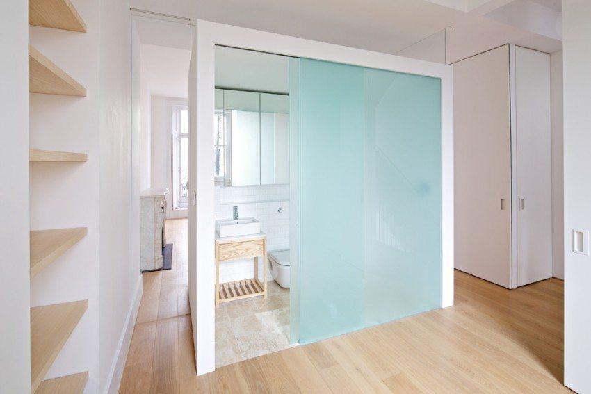 Двустворчатые раздвижные двери из голубого матового стекла в туалете