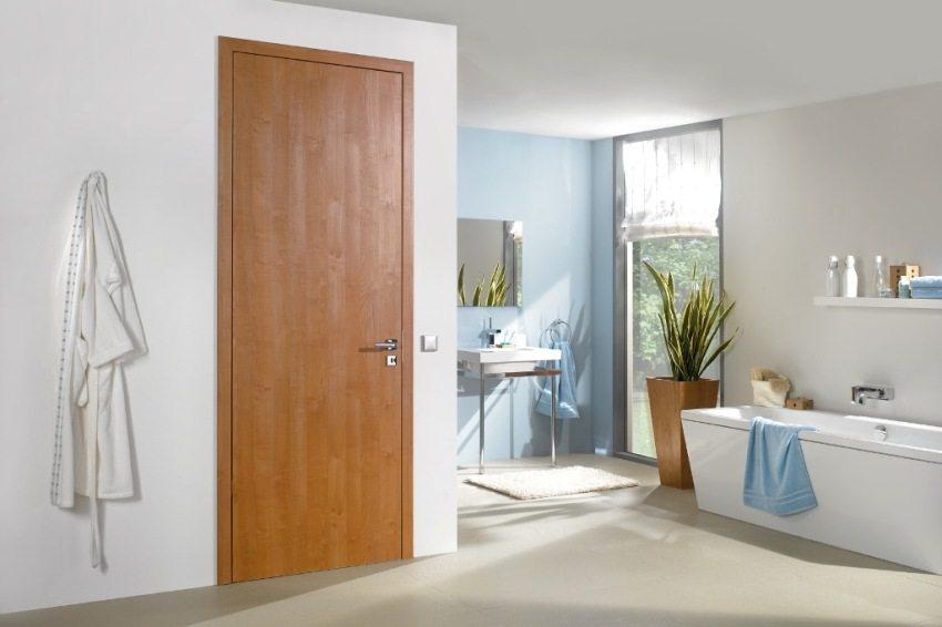 Дверь из ДСП обладает прочностью, стойкостью к воздействию воды и пара, легко поддается очистке
