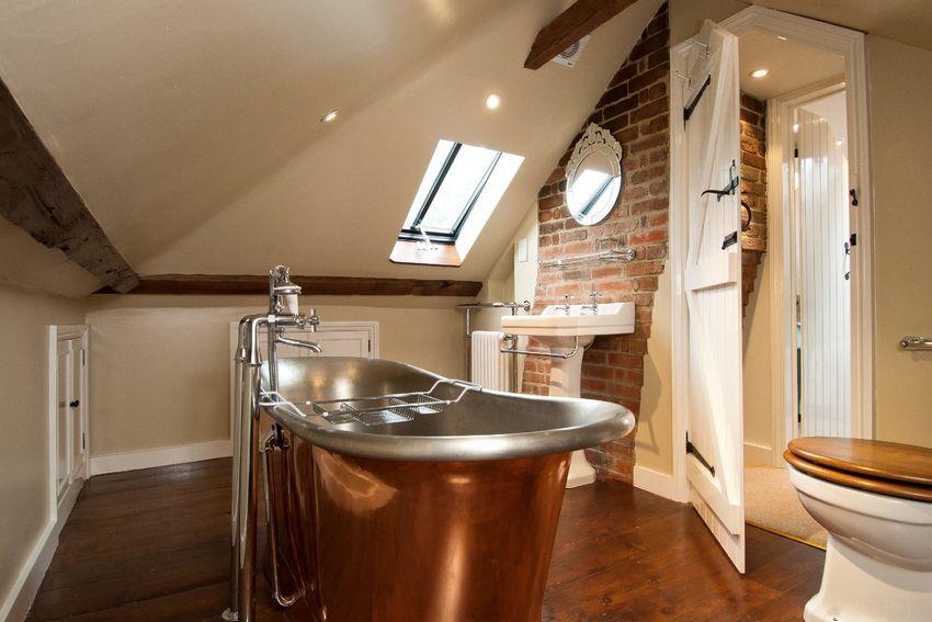 Для ванной, оформленной в винтажном стиле, прекрасно подойдут двери из дерева