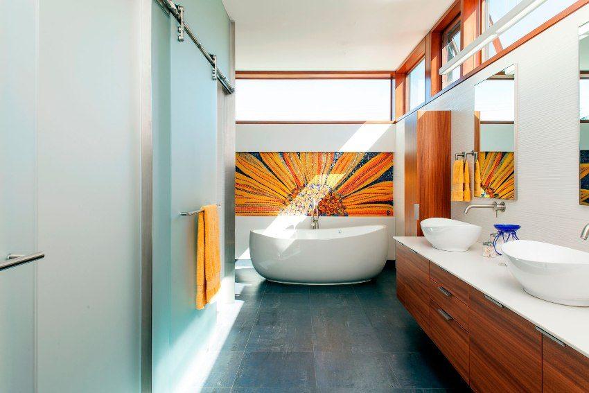 Дверь в ванной комнате должна быть устойчива к влаге и перепадам температур