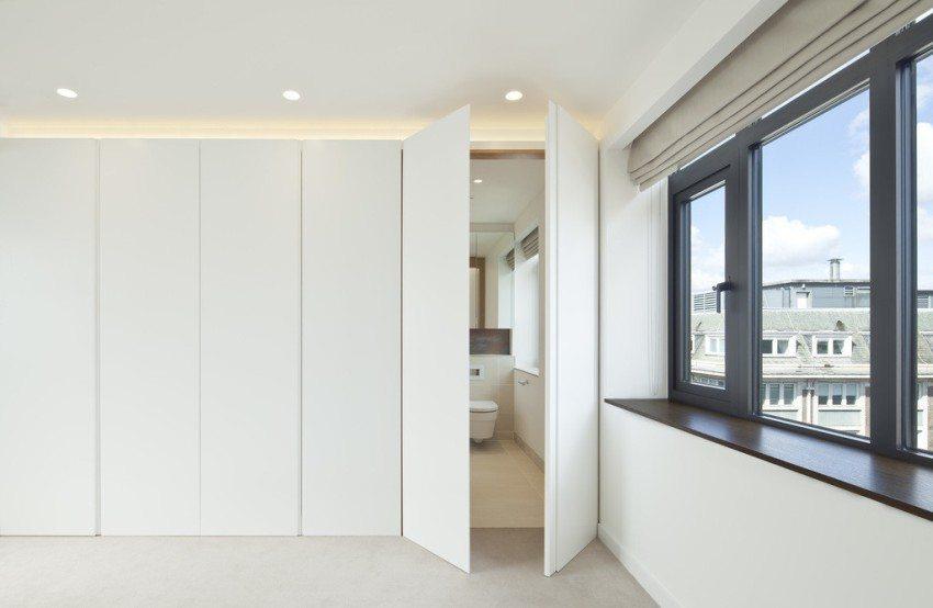 Фасад шкафа и дверь в ванную комнату сделаны из МДФ