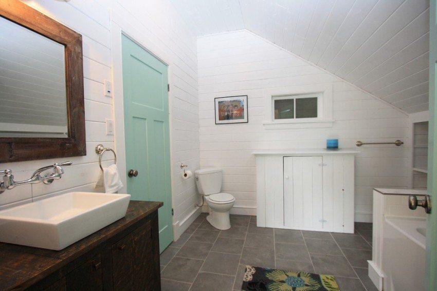 Устанавливая в санузел деревянную дверь, необходимо позаботиться о надлежащей вентиляции помещения