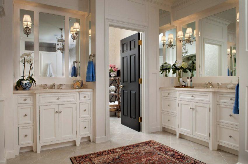 Распашная дверь в ванной комнате из темного дерева