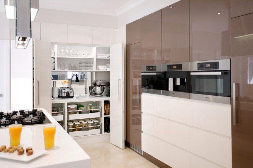 Встроенный кухонный шкаф дополнен складными дверцами