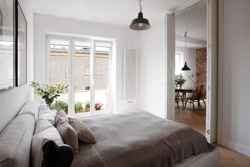 Деревянная двустворчатая дверь-гармошка в спальне