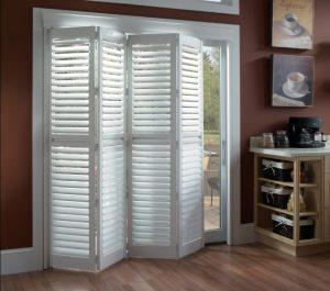 Дверь-книжка со встроенными жалюзи защищает помещение от солнечных лучей