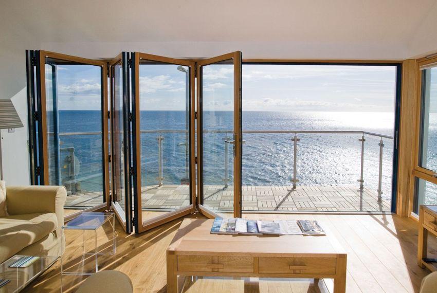 Стеклянная стена-гармошка между комнатой и балконом