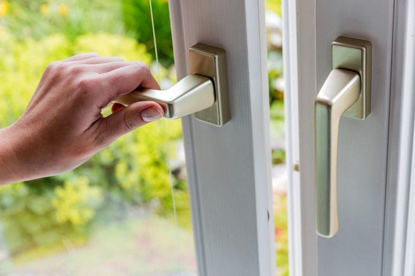 Проветривание через открытые окна - самый простой способ обеспечить естественную вентиляцию помещений