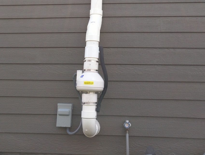 Если естественной тяги недостаточно для обеспечения вентиляции, то её можно усилить принудительно с помощью вентиляторов, встроенных в воздуховод
