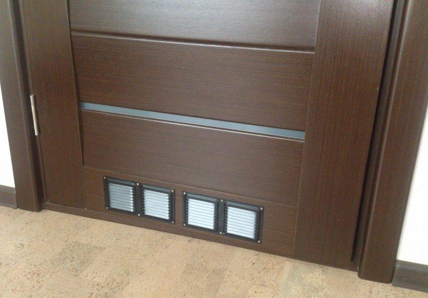 Для организации естественной вентиляции межкомнатные двери оборудуют вентиляционными решетками