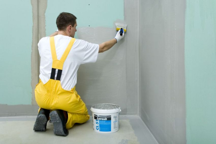 Обработка специальной смесью стен из влагостойкого гипсокартона