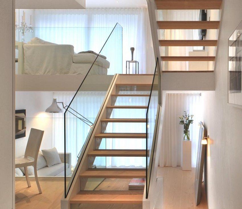 Маршевая П-образная лестница на тетивах
