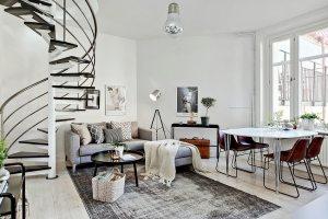 По сравнению с маршевыми конструкциями, винтовая лестница занимает меньше места