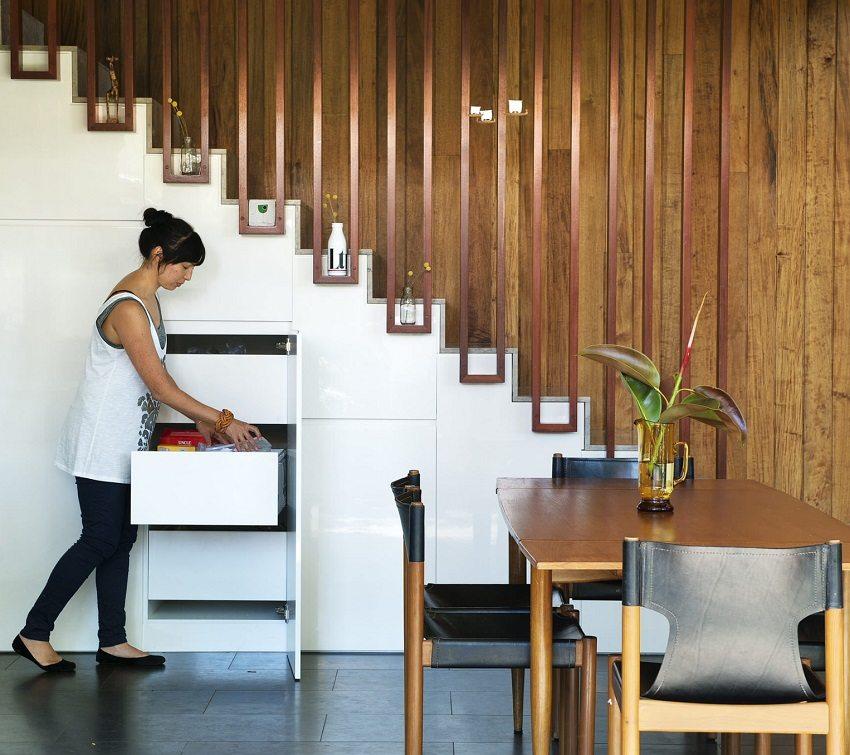 Пространство под лестницей можно обустроить с пользой