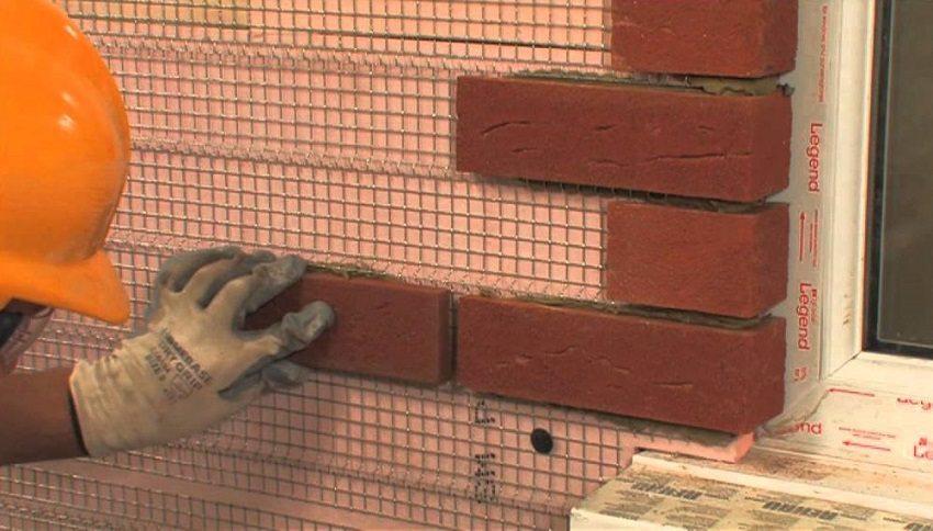 Для качественной облицовки наружных стен слой утеплителя должен быть уложен максимально ровно
