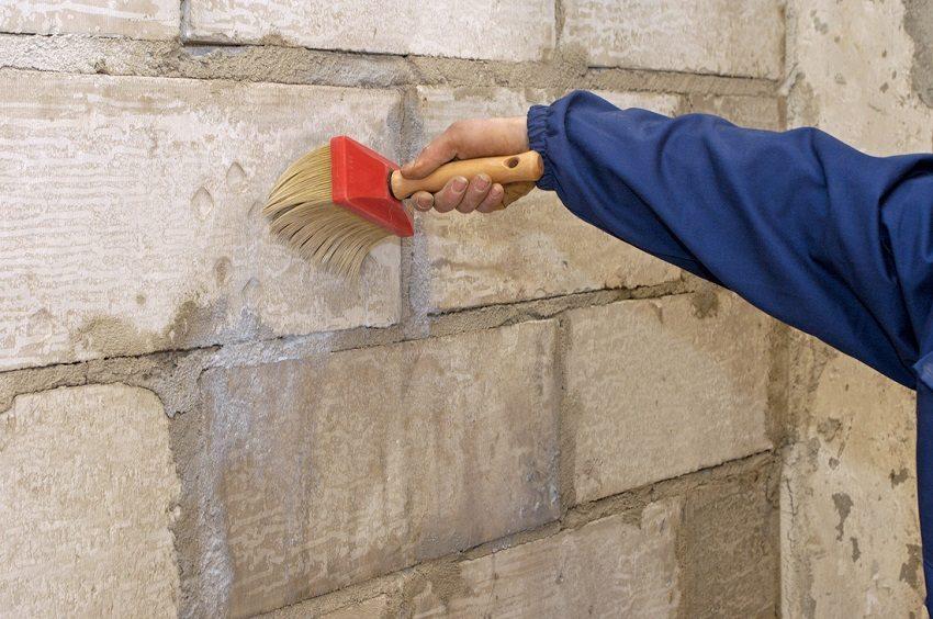 Перед монтажом утеплителя стены обрабатывают специальной грунтовкой