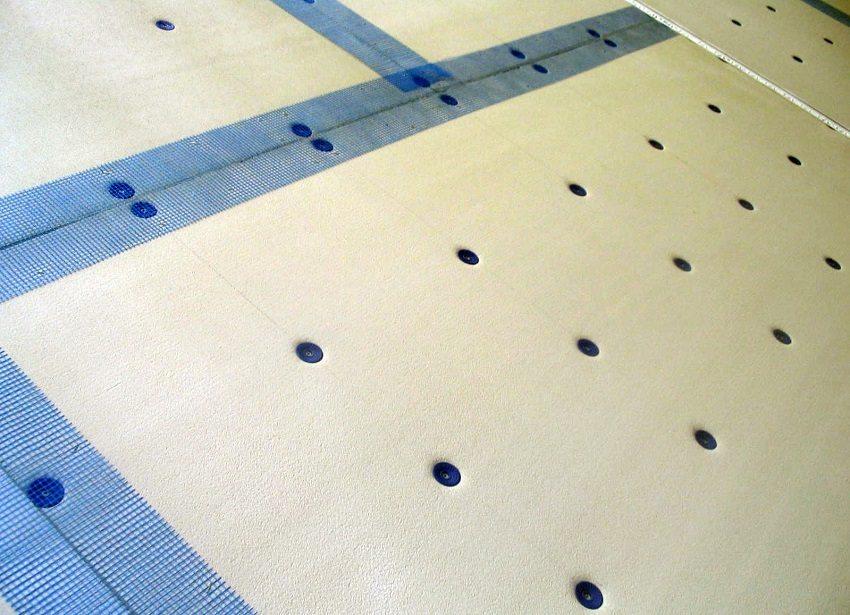 Для большей прочности конструкцию из плит утеплителя крепят к стене с помощью дюбелей-грибков, а швы проклеивают армирующей лентой