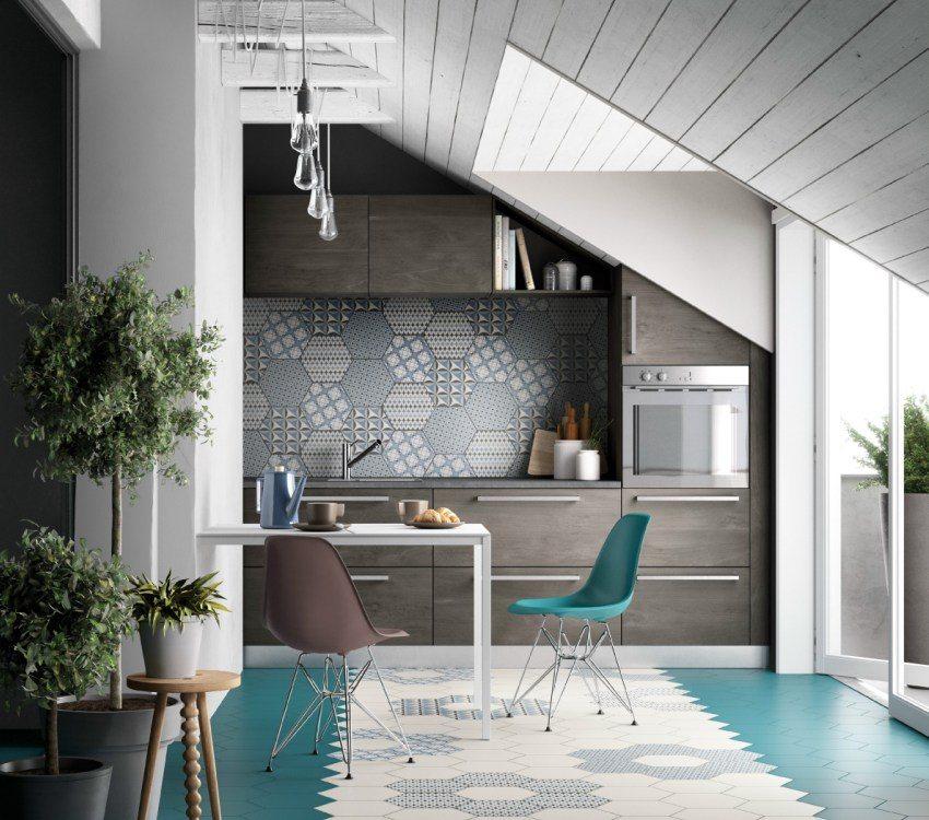 Потолок на кухне оформлен с использованием деревянных панелей