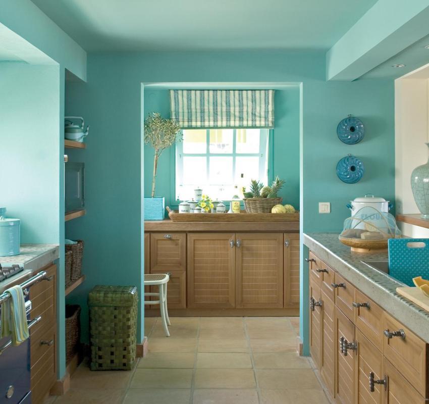 Стены и потолок на кухне окрашены в нежно-бирюзовый цвет