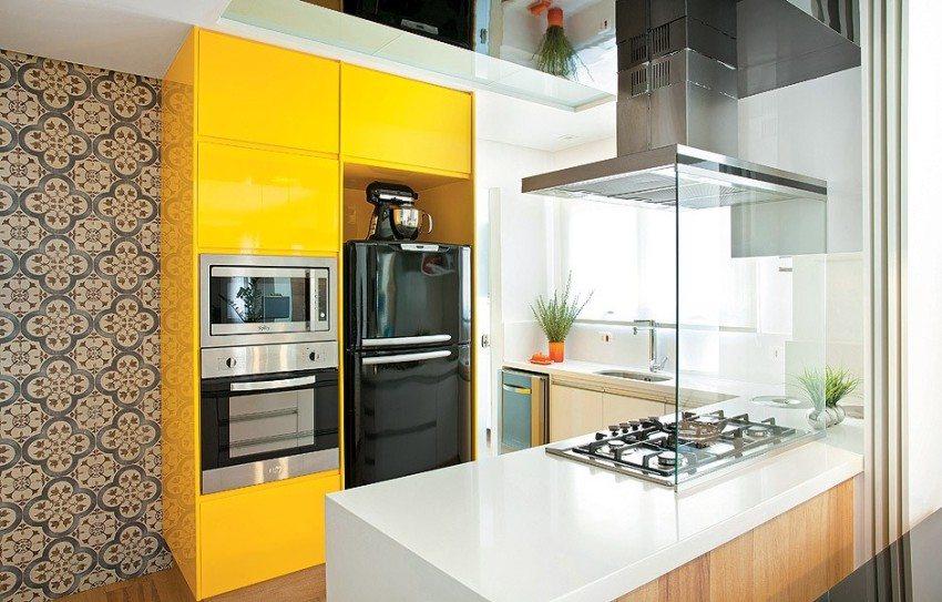 Потолок с зеркальными вставками визуально увеличивает высоту помещения