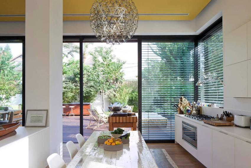 Желтый потолок создает яркий декоративный акцент в интерьере