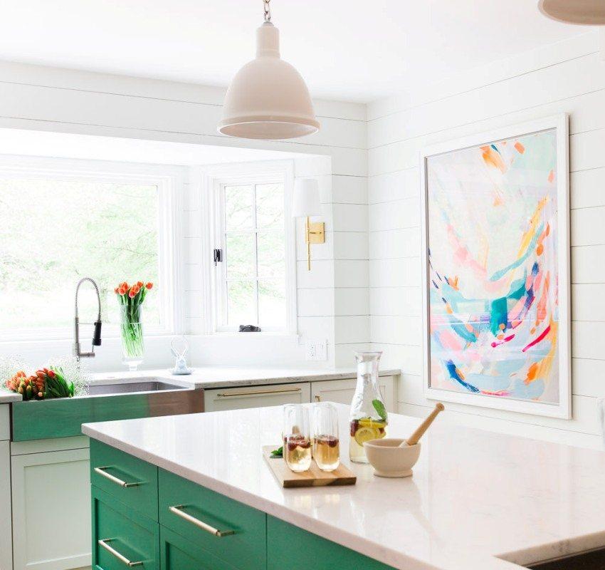 Одноуровневый белый потолок в оформлении современной кухни