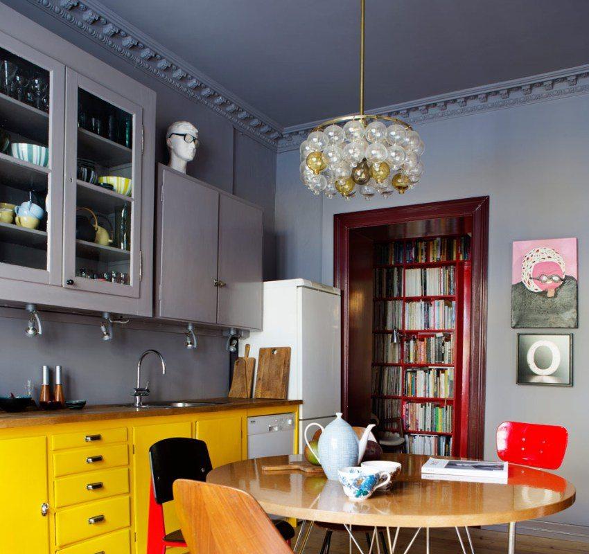 Подвесные шкафчики, потолок и стены на кухне выполнены в одной цветовой гамме
