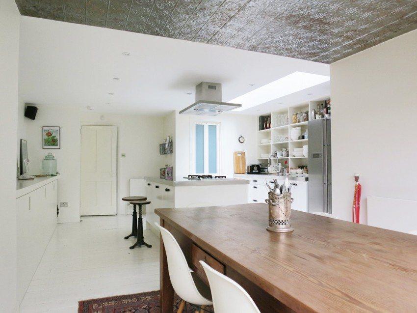 Потолок на кухне оклеен пенополистирольными плитками с ламинированной поверхностью
