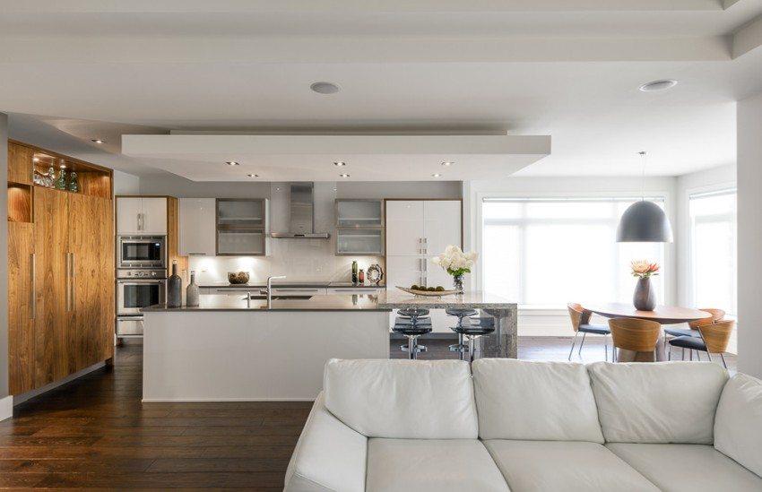 Зонирование пространства кухни-гостиной с помощью многоуровневого потолка