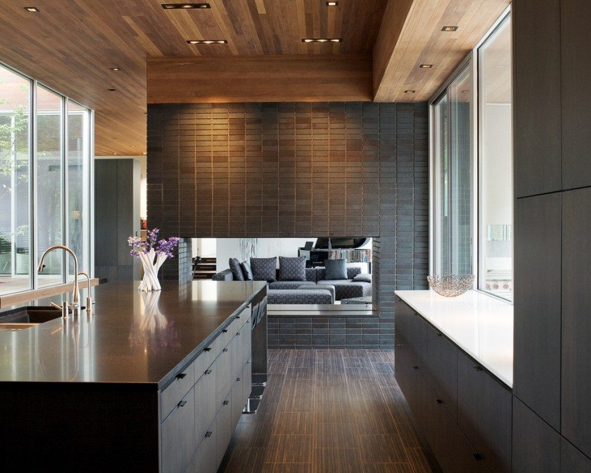 Двухуровневый реечный потолок из дерева на кухне