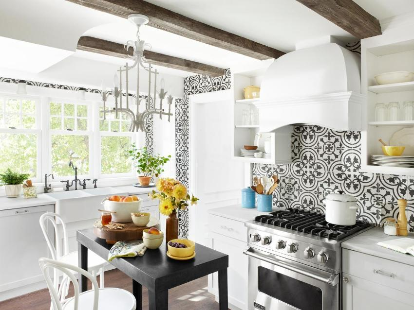 Ровный белый потолок декорирован деревянными брусьями