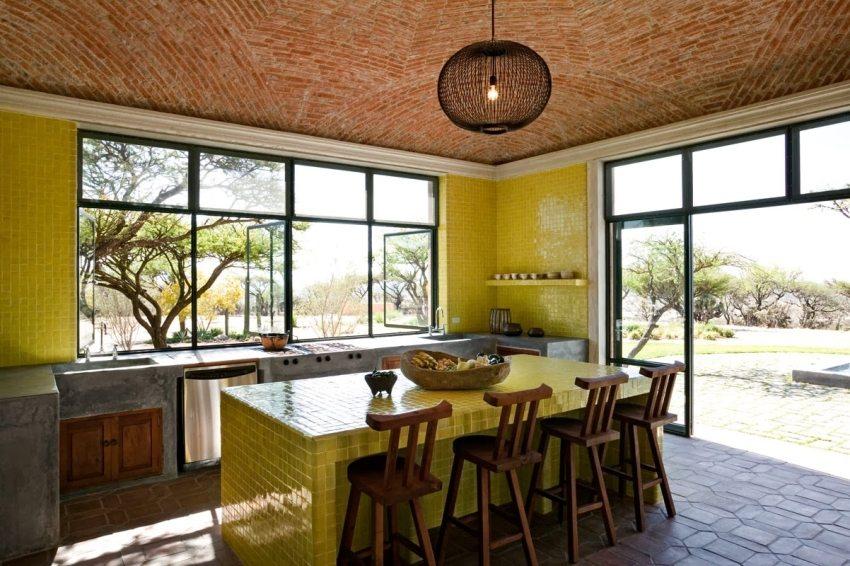 Купольный потолок кухни облицован мелкой керамической плиткой