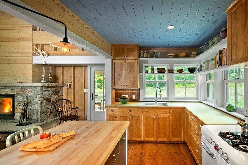 Потолок из дерева на кухне окрашен синей влагостойкой краской