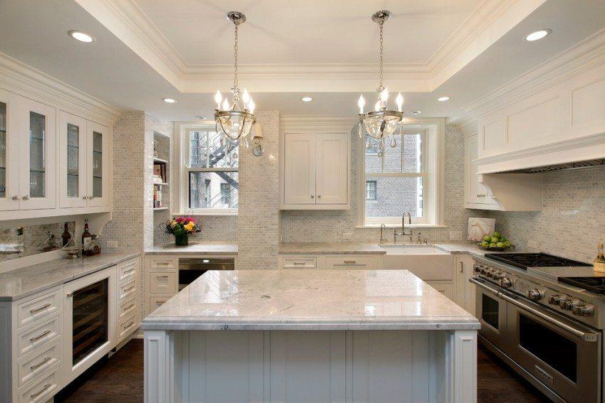 Потолочная конструкция из гипсокартона и матовой ПВХ-пленки на кухне