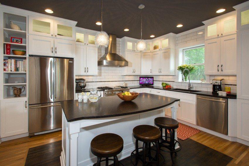 В оформлении кухни использован черный сатиновый натяжной потолок