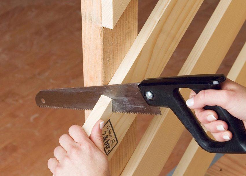 Ножовкой по дереву удобно подрезать деревянные детали лестницы