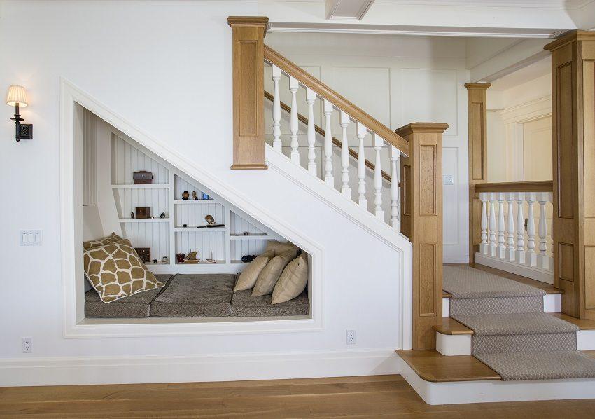 Рассчитать лестницу на второй этаж можно с учетом обустройства зоны отдыха под ней
