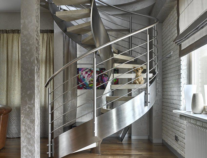 Лестница с каркасом из нержавеющей стали и каменными ступенями