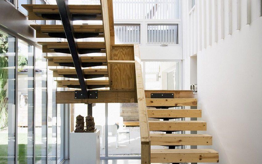 Маршевая поворотная лестница на металлическом косоуре