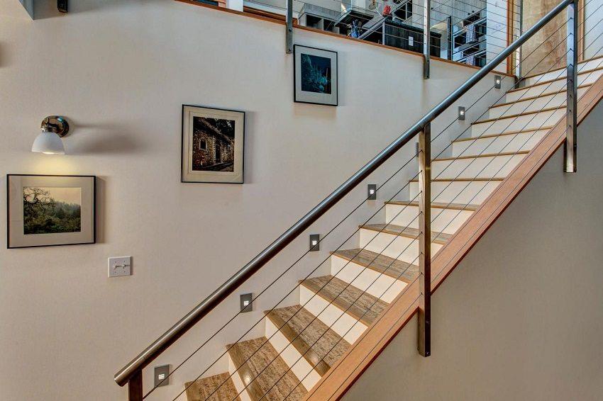 Балюстрада и поручни лестницы обустроены с применением металлической трубы
