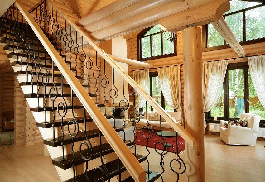 Добротная деревянная лестница органично вписывается в интерьер