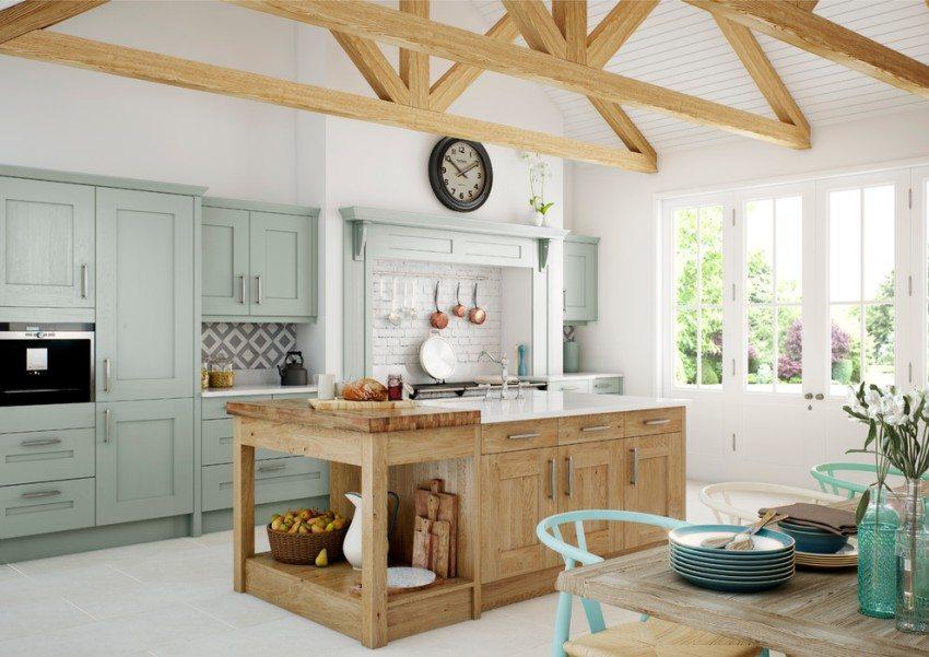 Летняя кухня на дачном участке оформлена в стиле кантри