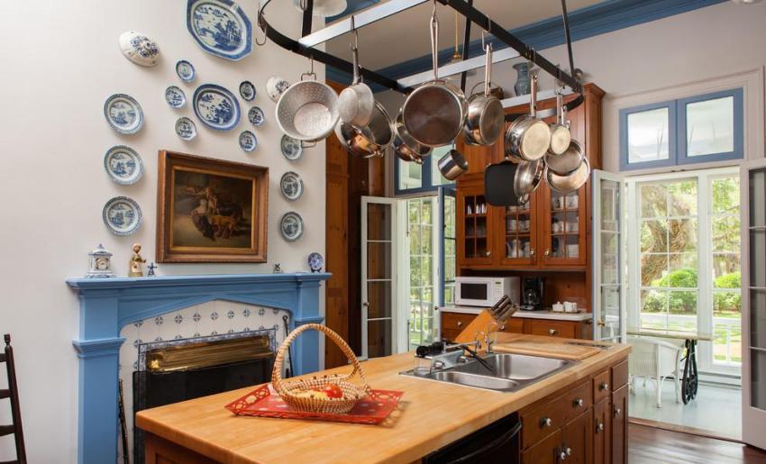 В летней кухне обустроен камин, который можно использовать для отопления в зимнее время года